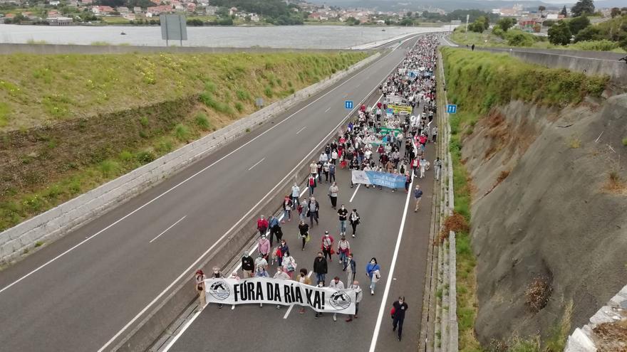 """Más de un millar de vecinos pide """"responsabilidad social"""" a Ence y que cierre su fábrica en Lourizán"""