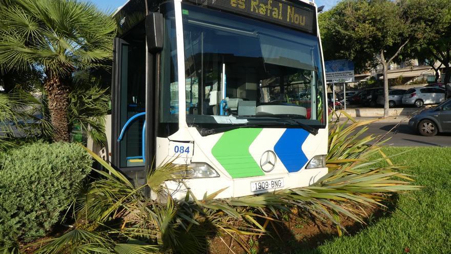 Un autobús de la EMT se estrella contra una rotonda en Son Gotleu