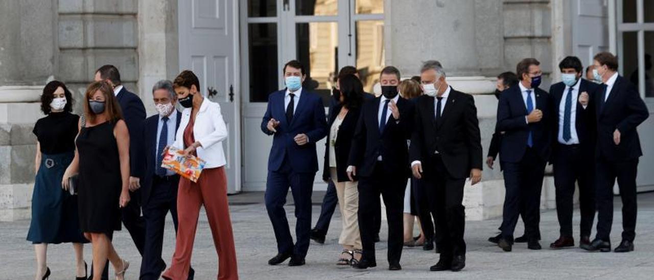Angel Víctor Torres (centro) con otros presidentes autonómicos en el acto de homenaje a las víctimas del covid el día 15. | | EFE