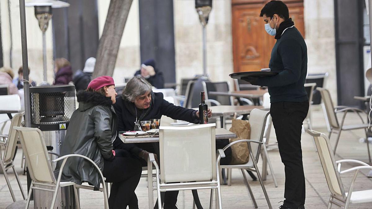 La terraza de un bar en el centro de València. | EDUARDO RIPOLL