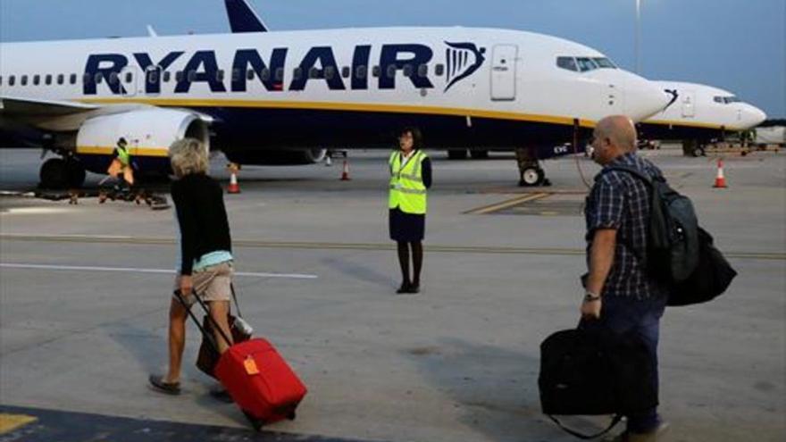 El Supremo anula por abusiva la cláusula de Ryanair que permitía que la maleta fuera en otro vuelo