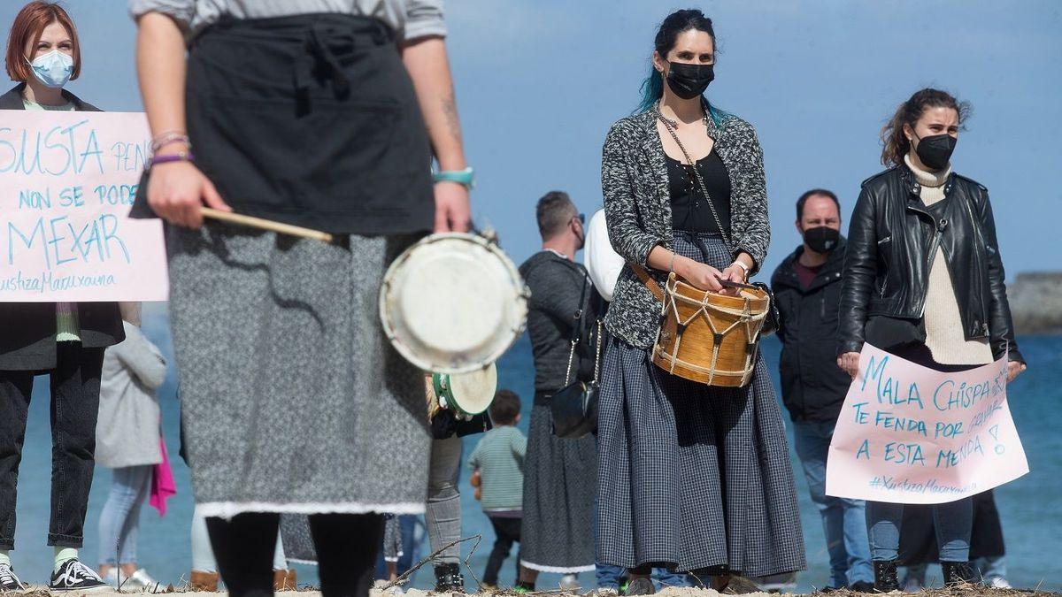 Mujeres, en una protesta contra la difusión de las imágenes.