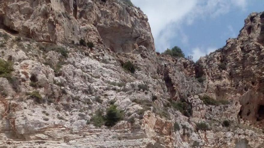Rescatan a un nadador de 17 años golpeado por las olas contra las rocas del acantilado de Benitatxell