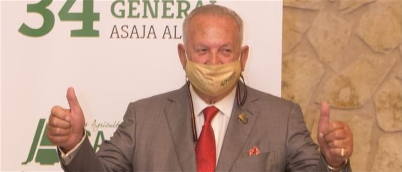 Eladio Aniorte recibe el reconocimiento, ayer, tras sus 42 años al frente de Asaja-Alicante.