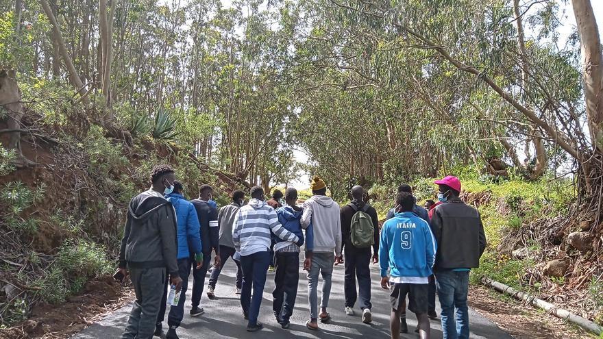 Varios migrantes de Las Raíces intentan salvar a un compañero llevándolo al hospital