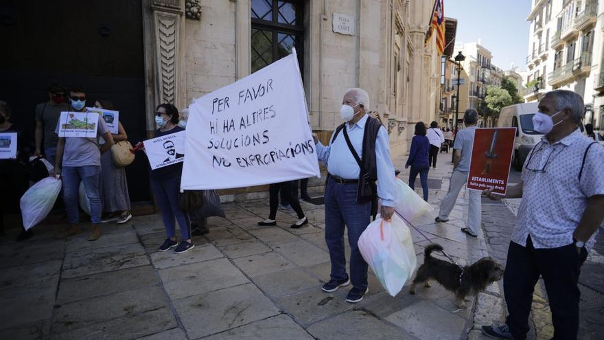 Los vecinos de Establiments protestan en Cort para dejar de ser un barrio de segunda