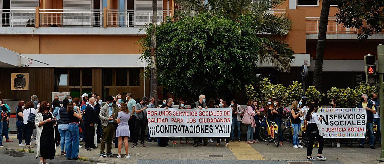 Manifestación, este martes, del personal de Servicios Sociales ante las Oficinas Municipales del Metropole. | | JOSÉ CARLOS GUERRA