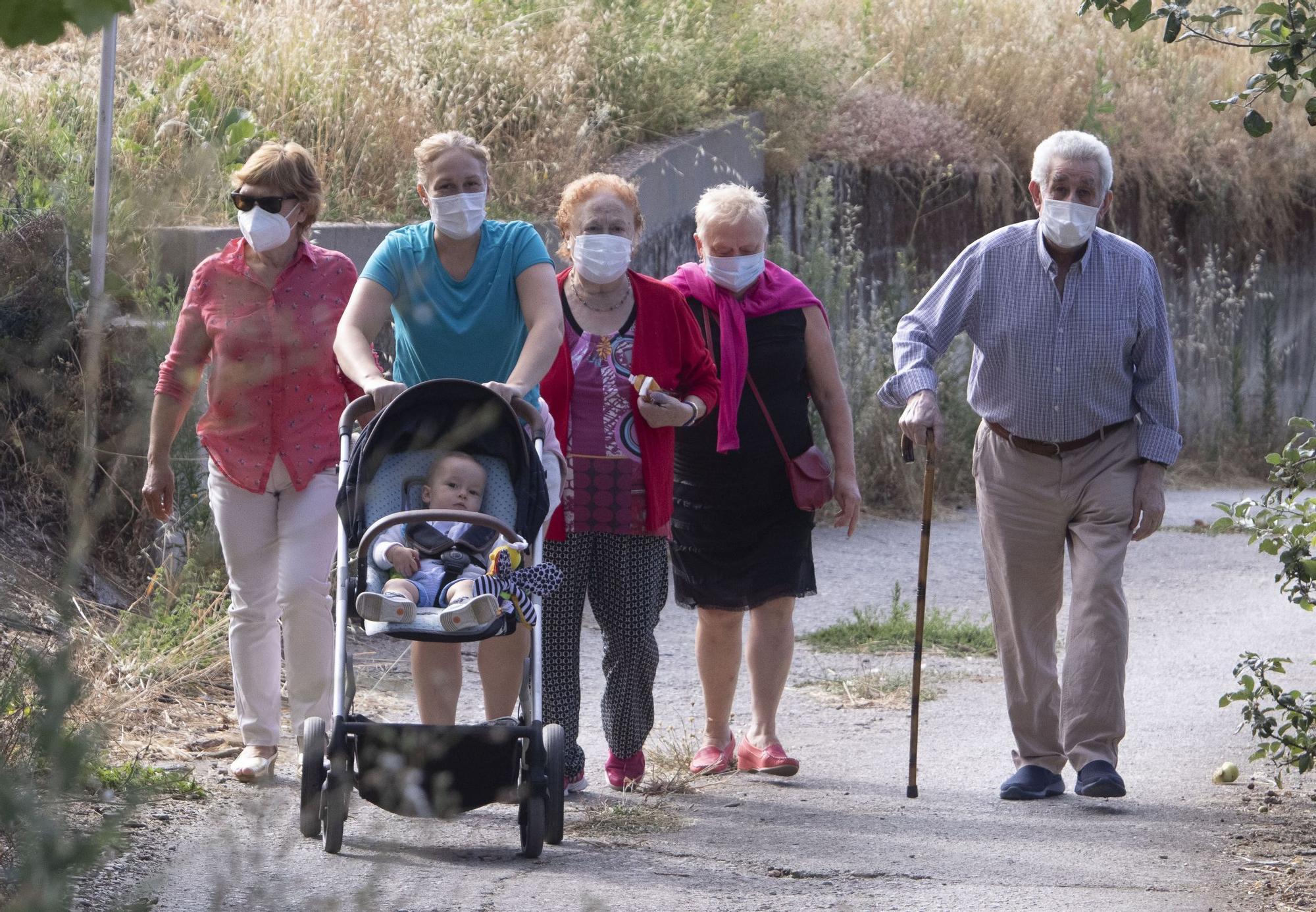 Vecinos de Oencia esperan para hacerse la PCR