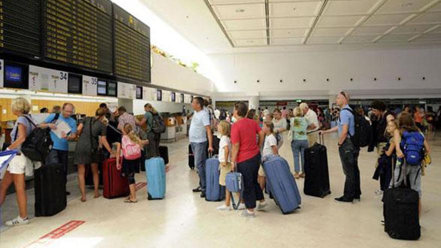 Detenida una pareja que se identificó con documentos falsos en el aeropuerto