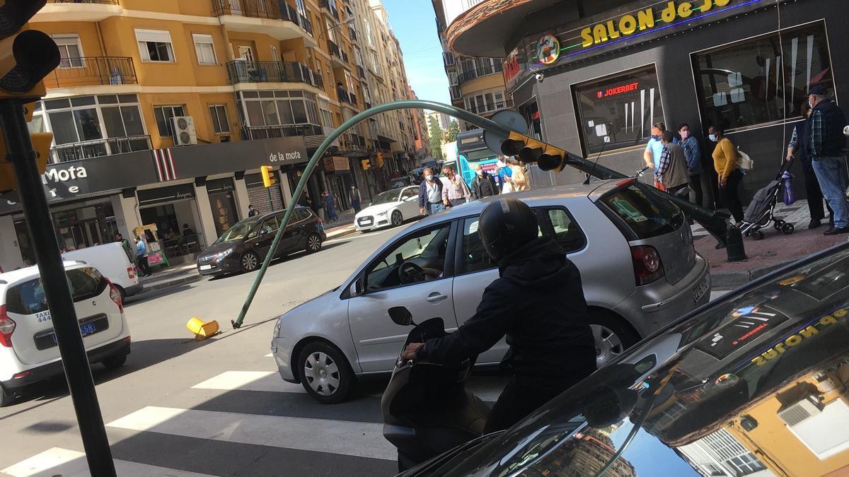 Imagen del semáforo caído en la calle Martínez Maldonado.