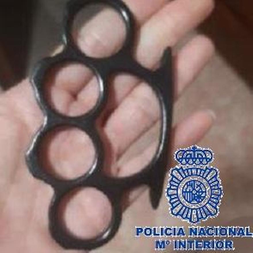 Puño americano intervenido tras la agresión a un menor en Málaga.
