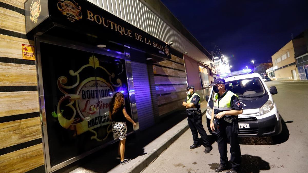 El brote de la zona de discotecas de Atalayas alcanza los 34 casos
