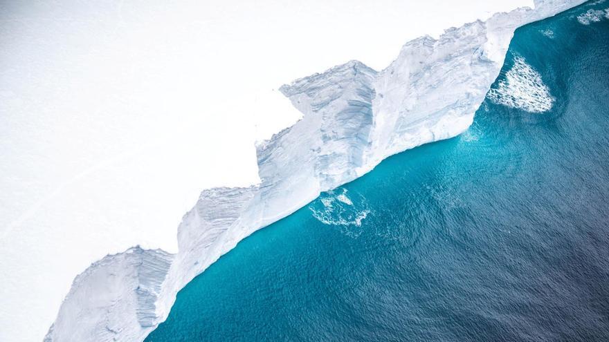 Un iceberg gigante se acerca a una isla del Atlántico Sur