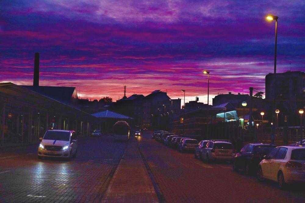 Manresa. En aquesta imatge que ens ha fet arribar un dels nostres lectors, podem veure una bonica posta de sol, en aquest cas la fotografia està feta a l'estació d'autobusos de Manresa. f