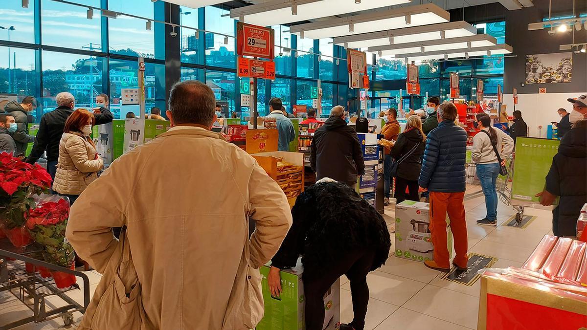 Colas en las cajas de un supermercado de Lidl en Vigo el día que pone a la venta su robot de cocina