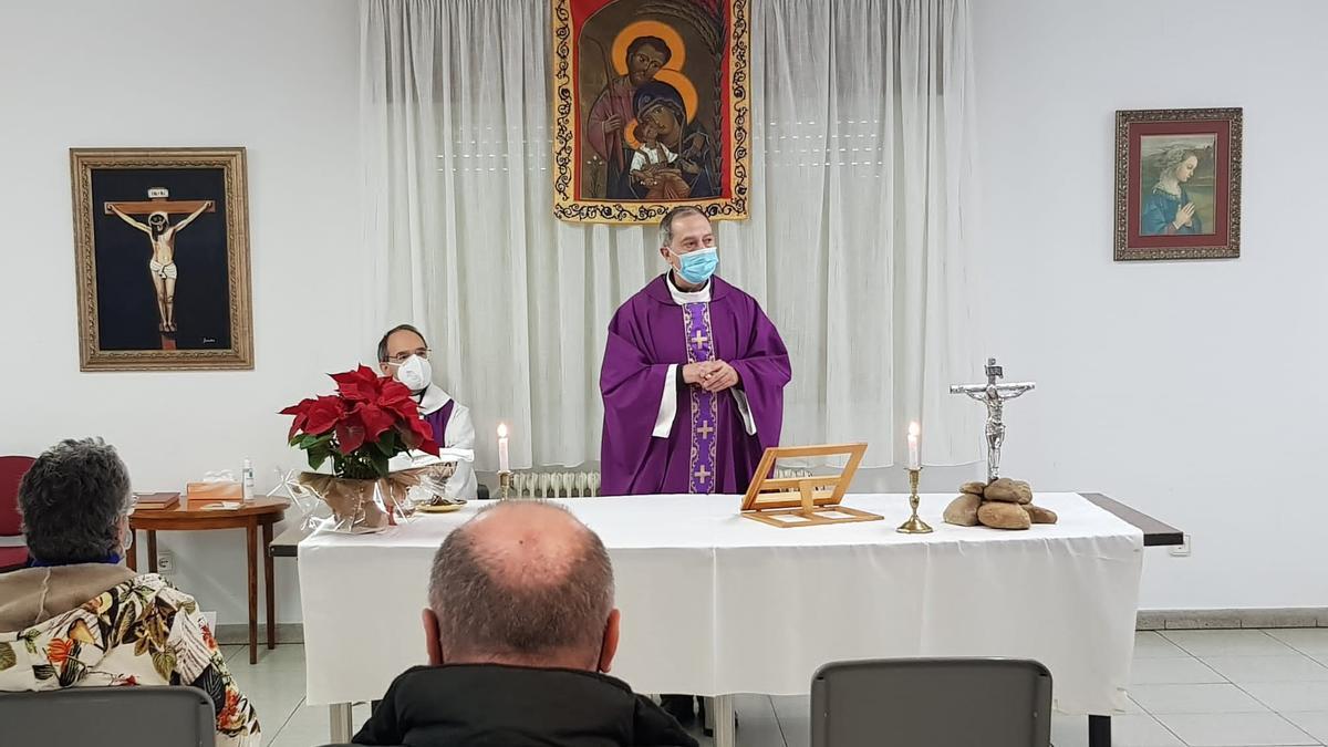 El obispo de Zamora Fernando Valera acude a felicitar la Navidad a los más vulnerables.