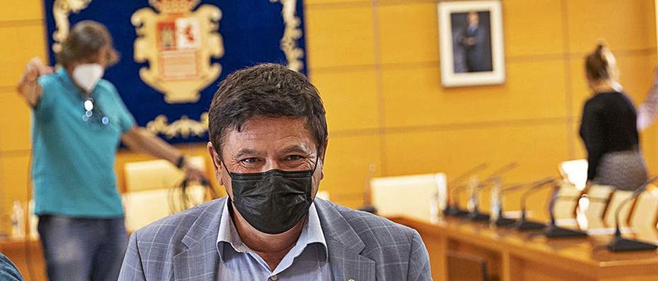 Pedro Armas, alcalde de Pájara, tras concluir una reunión en el Cabildo, ayer.