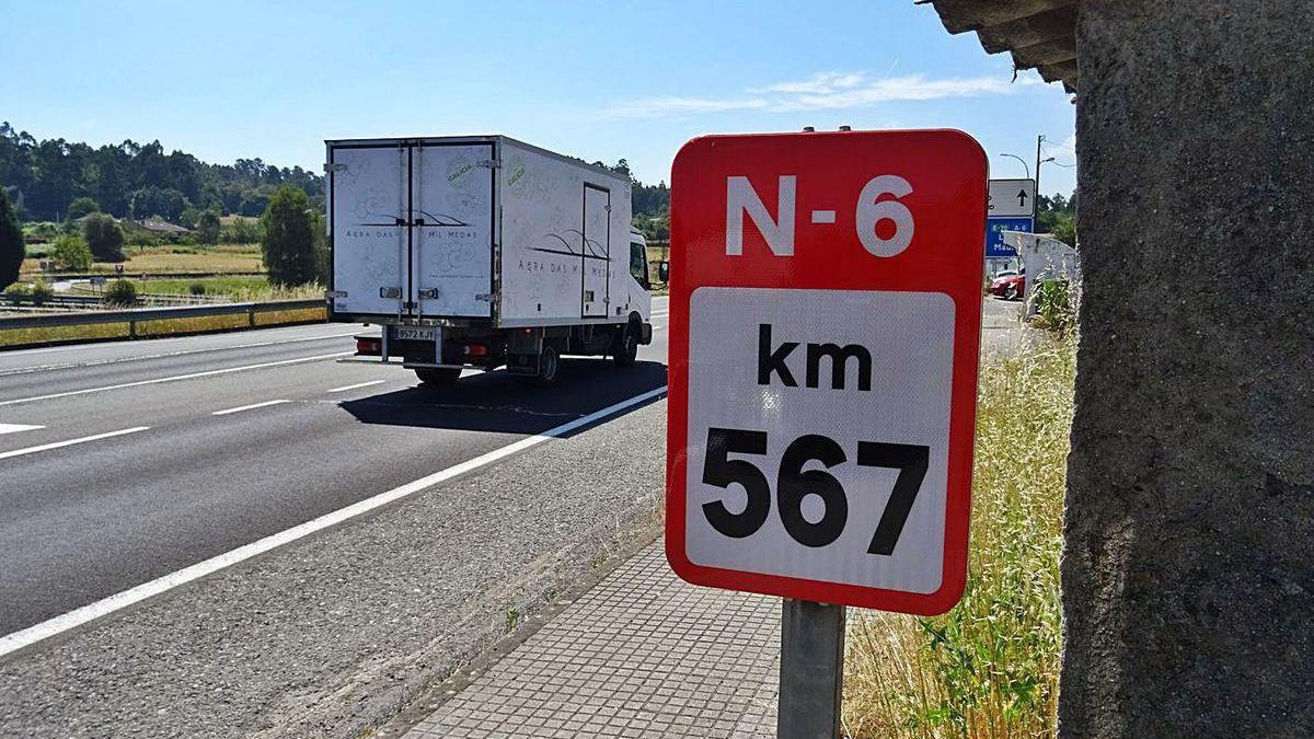 Hito kilométrico de la N-6 situado cerca de Coirós.