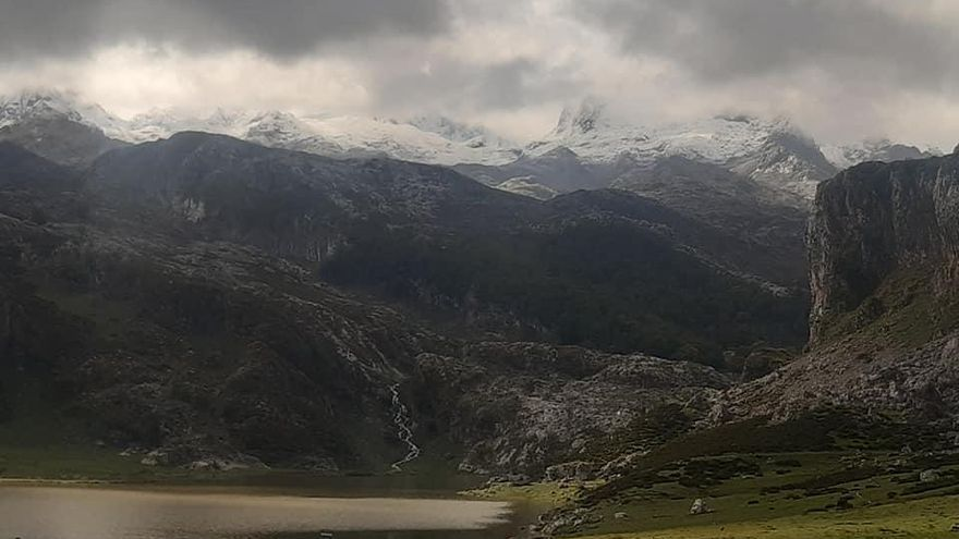 La nieve llega a la vertiente canguesa de los Picos de Europa