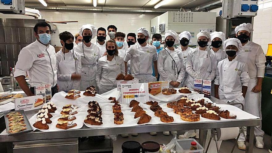 El Mestre Pastisser Toni Vera visita l'Escola d'Hostaleria de Figueres