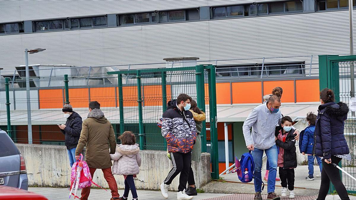 Estudiantes del CEIP Xesús Golmar ayer, tras el remate de las clases.     // BERNABÉ