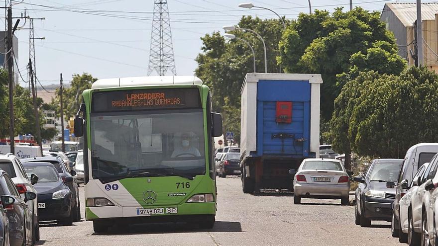 Aucorsa cambia el recorrido y amplía el horario de los autobuses al polígono de las Quemadas