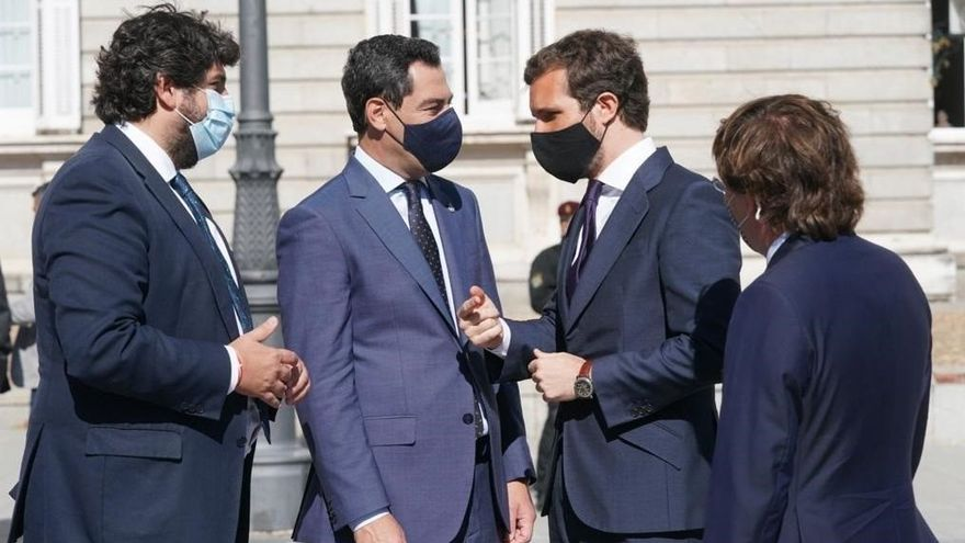 Juanma Moreno (segundo por la izquierda), este jueves en Madrid