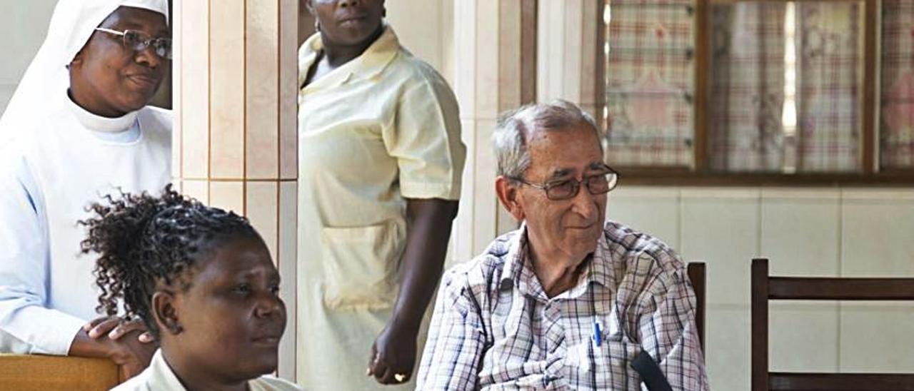 El padre Berenguer junto a nativas en Mozambique. | CASAFOR