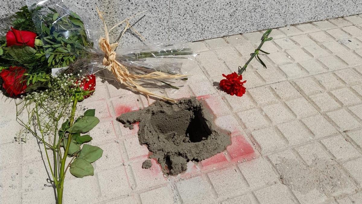 El hueco donde había sido colocada la piedra de la memoria, arrancada con el cemento aún fresco.