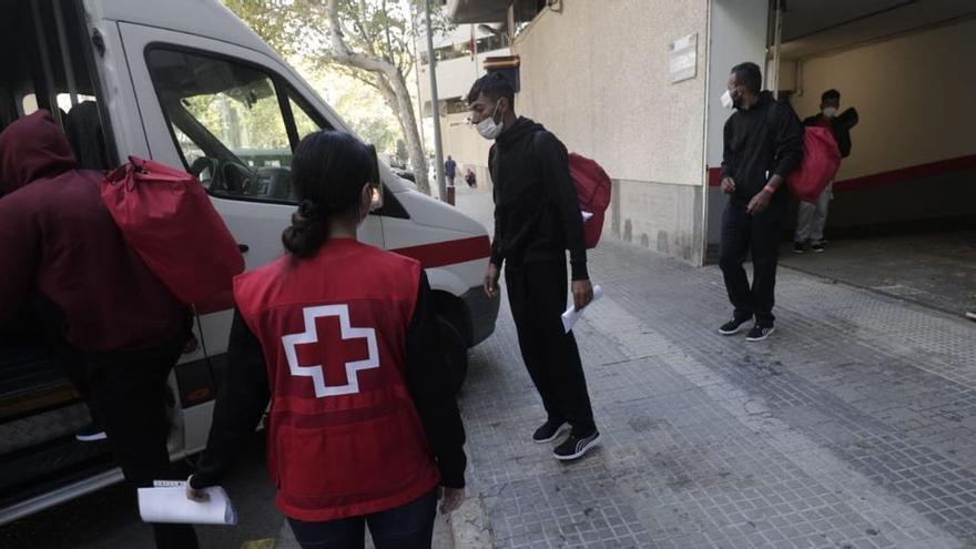 Trasladan a Barcelona a los migrantes rescatados en Cabrera.
