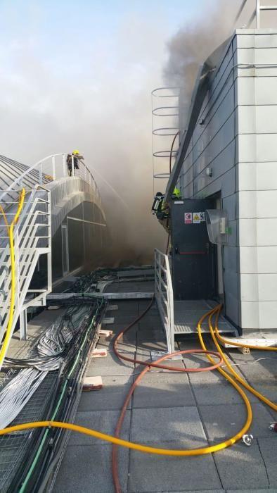 Lo bomberos trabajando para sofocar el incendio