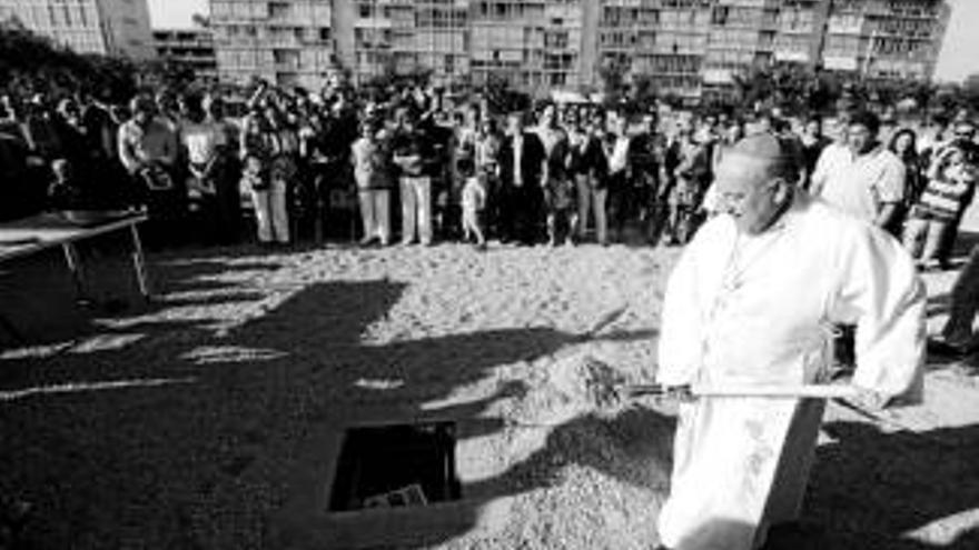 El arzobispo bendice la primera piedra de la futura parroquia