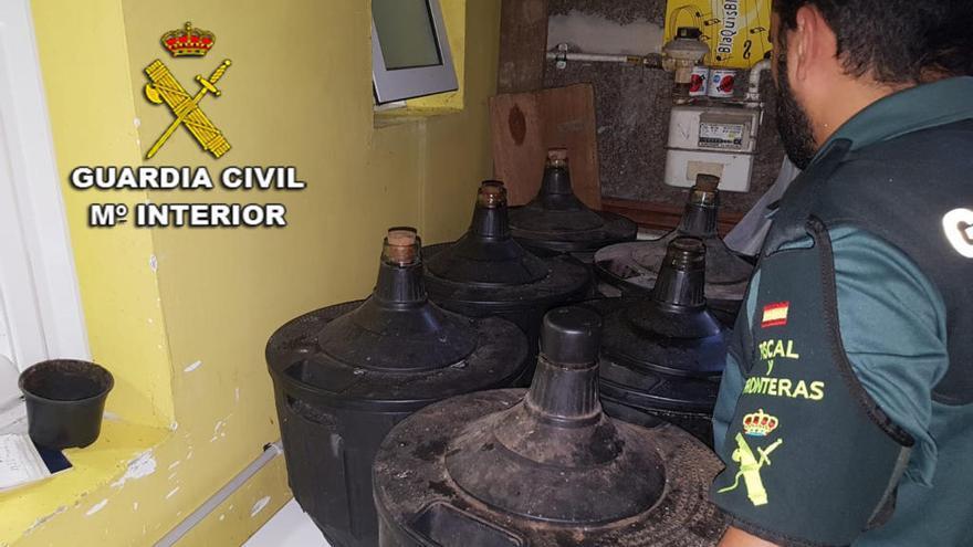 Inmovilizan más de 500 litros de aguardiente en un bar de Vigo
