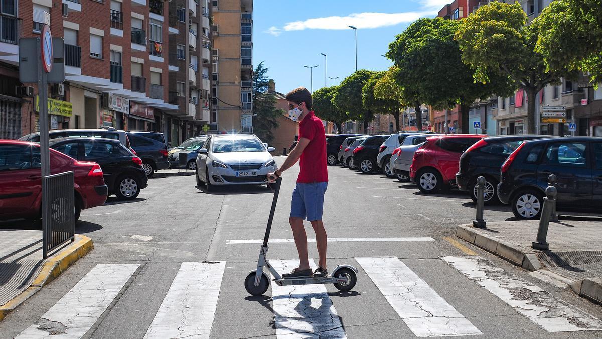 Un usuario con un patinete en las vías.