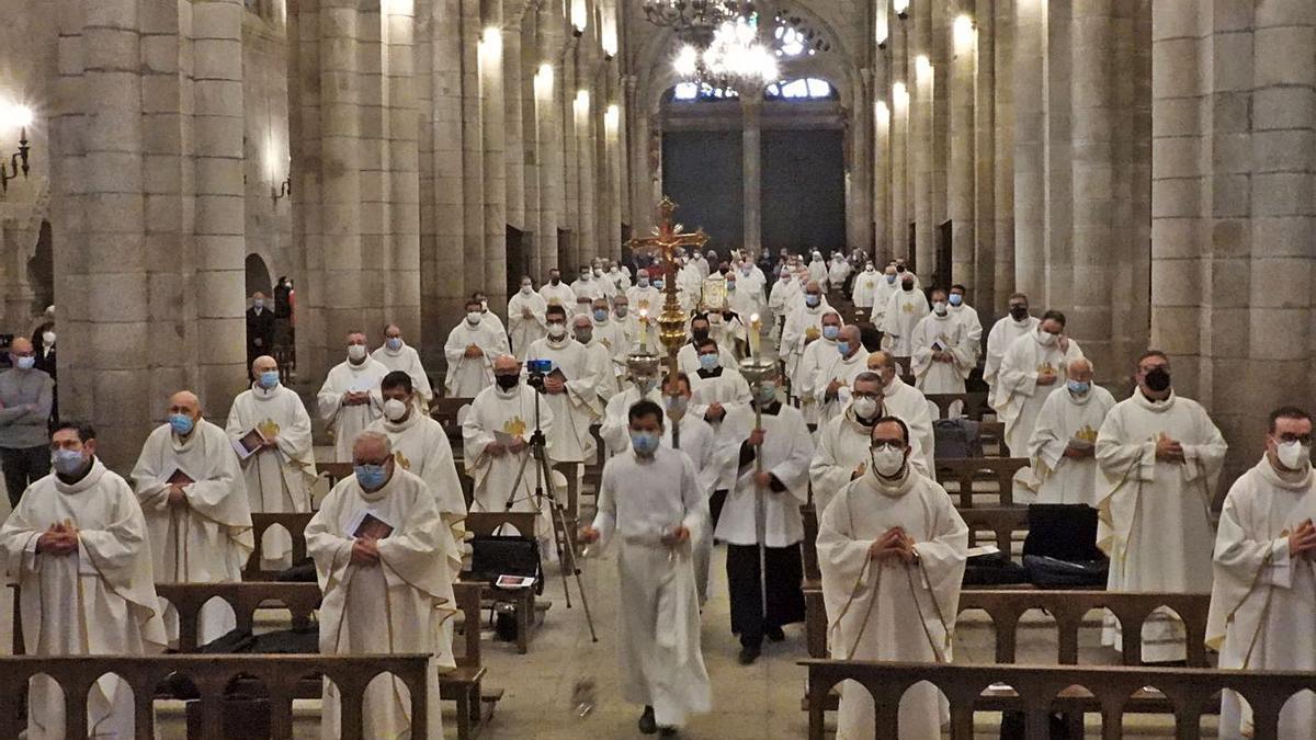 Celebración de la misa crismal en la catedral.     // FERNANDO CASANOVA