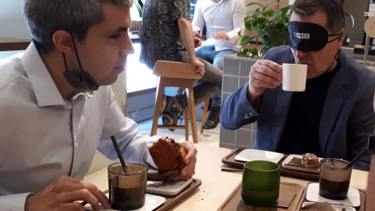 Josep Roca s'ha posat a la pell d'una persona cega i ha gaudit d'un esmorzar sense veure-s'hi