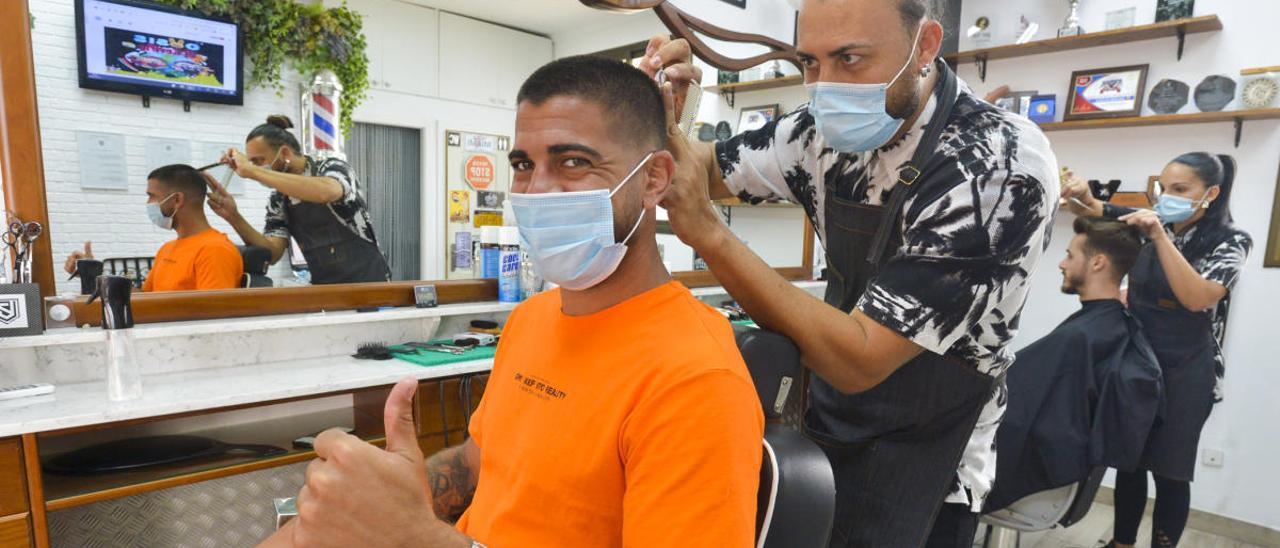 Aythami Artiles, en la peluquería JSegura Barbershop, en Arguineguín, atendido por Juanjo Segura.