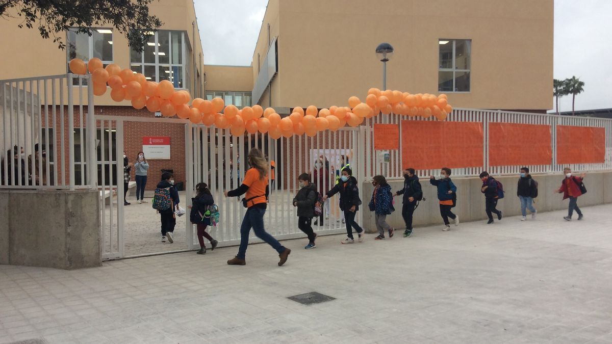 El alumnado de primaria entra al colegio.