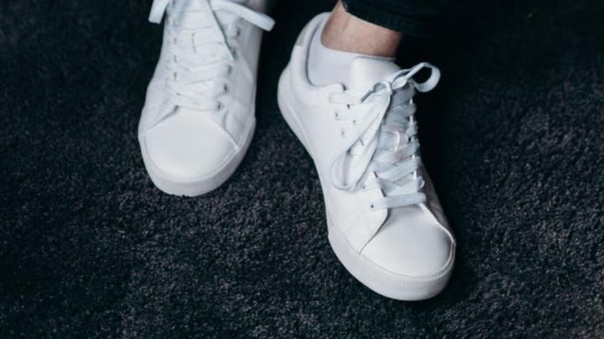Trucos caseros rápidos y baratos para limpiar las zapatillas blancas y dejarlas como nuevas