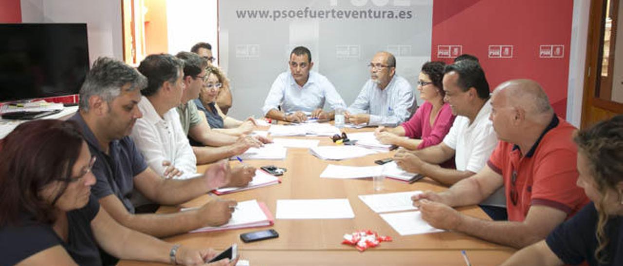 Un momento de la reunión mantenida ayer por la comisión insular y la comision negociadora del PSOE, en la capital.