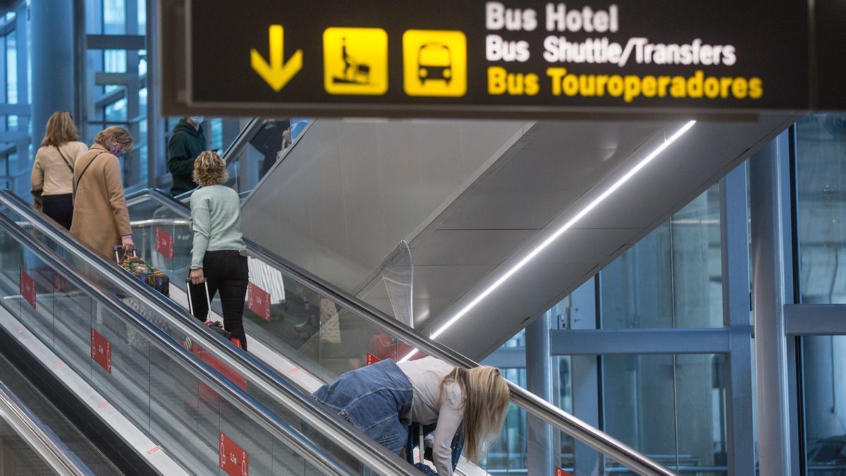 Pasajeros en el aeropuerto de Alicante-Elche en una imagen de archivo