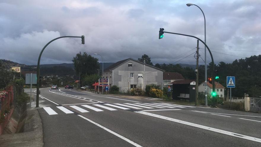 Finaliza la instalación del semáforo en el entorno del colegio Outeiro das Penas