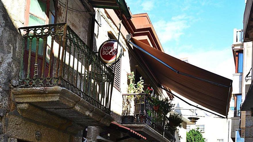 Precintan un edificio en ruinas en la calle San José tras caer cascotes