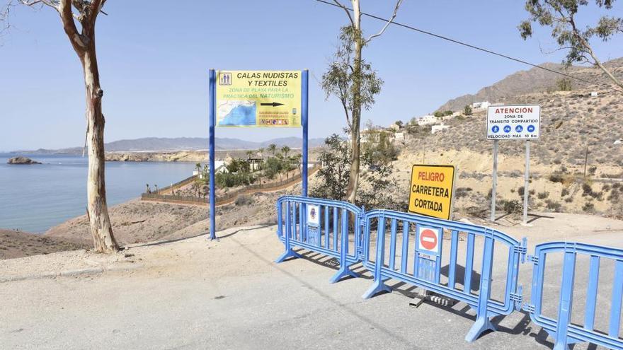 Un desprendimiento de rocas obstruye el camino de Bolnuevo a las calas