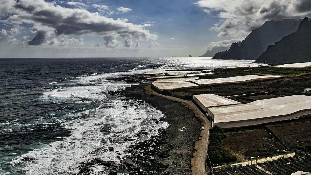 Panorámica del sendero litoral de Punta del Hidalgo, en el que se puede ver el club privado del Charco de la Arena en pleno dominio público marítimo-terrestre.