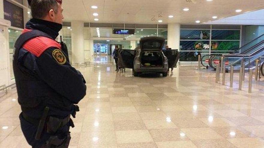 Els Mossos no descarten el mòbil terrorista a l'aeroport del Prat
