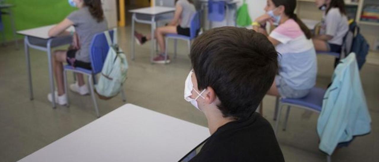 Varios estudiantes, con distancia y mascarilla, durante una clase del curso pasado.