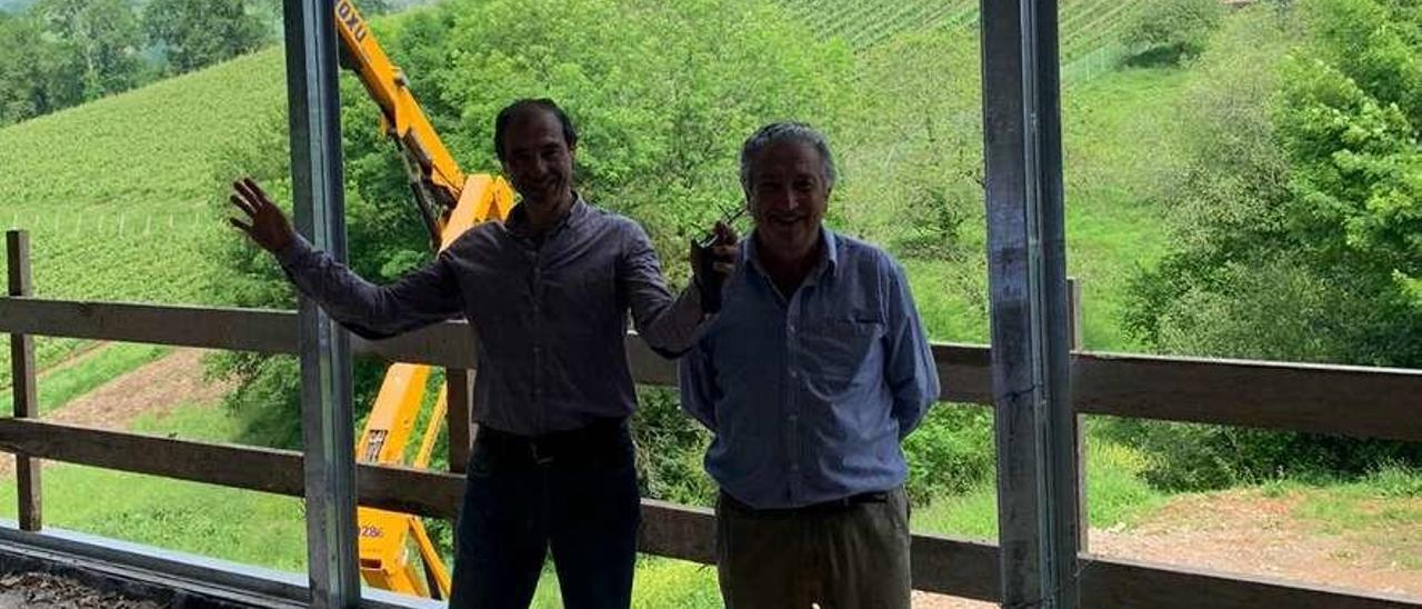 Luis Aurelio Menéndez, administrador del Grupo Nature, y Antón Puente, gerente, con los viñedos al fondo, en Nevares.