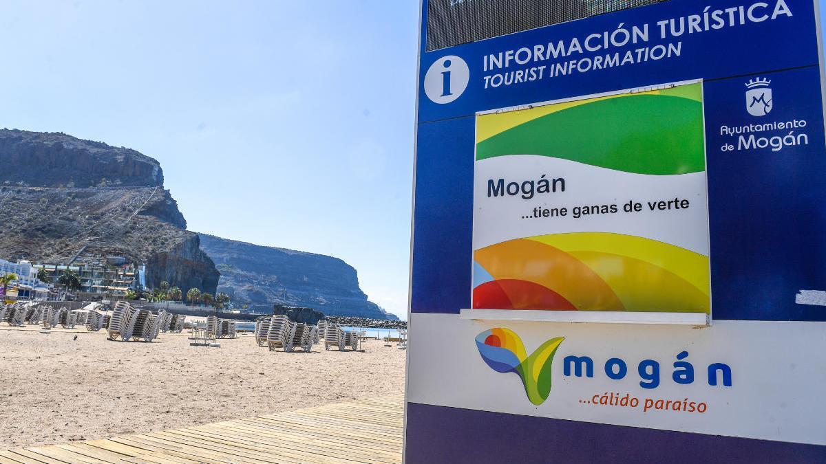 Playa de Puerto de Mogán completamente vacía, este viernes