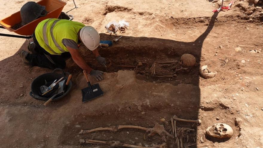 Descubren un cementerio medieval durante la rehabilitación de la muralla islámica de Valencia